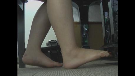 童顔の制服女子のピアノペダル 裸足 ロ…